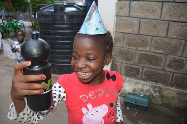 Abby freut sich über ihre Flasche für die Schule. . Vielen Dank an die sportlichen Spender :)