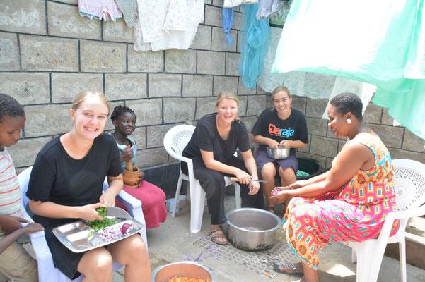 Geburtstagsvorbereitung: Die drei freiwilligen Mädels aus Dänemark schnippeln fleißig fürs Festessen.