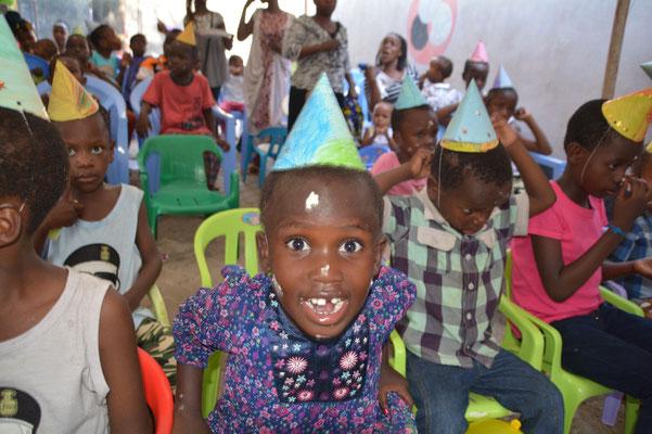 Die Volunteers aus Dänemark Geburtstagshütchen mit den Kindern gebastelt.