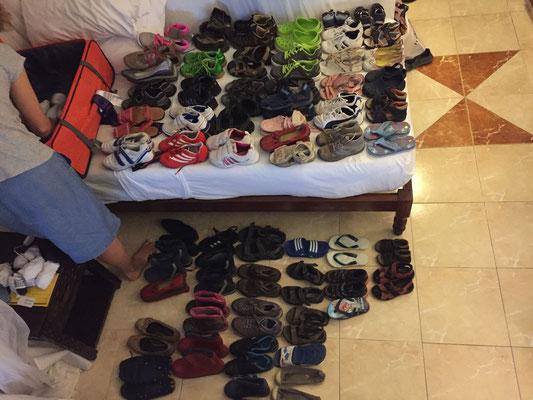 60 Paar gespendete Schuhe