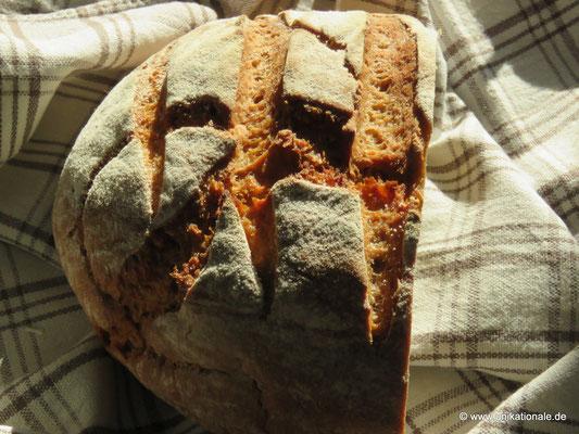 Selbstgemachtes Sauerteig-Mischbrot, frisch aus dem Ofen 2