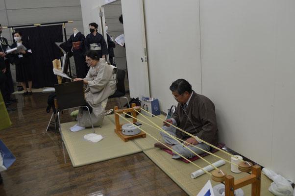 イベントの実演は、絣くくりは当組合の専務理事、糸くくりは植野さんでした。