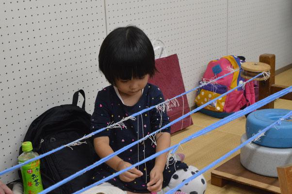 小さなお子様も楽しく糸で遊んでいます