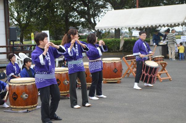 紬太鼓を演奏されています
