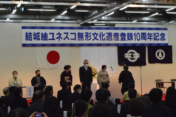 茨城県より50年表彰されました。織は菊地たみさん、絣くくりは平沢義男さん、糸つむぎは植野智恵さん  智恵