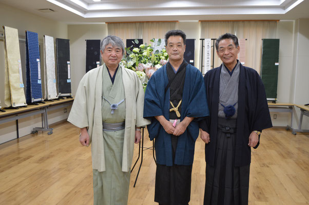小山市長と結城市長の間にいる当組合理事長の外山さんです