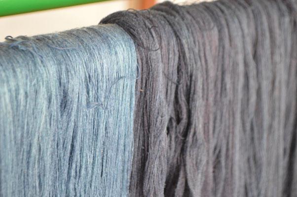 糸をさばいて毛羽をとります。