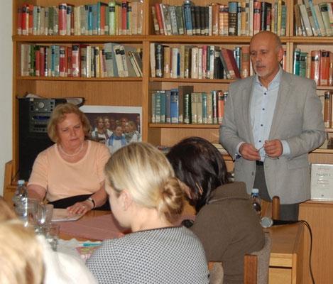 Dr. Mojmír Jeřábek begrüßt Frau Sabine Gruša im Begegnungszentrum Brúnn