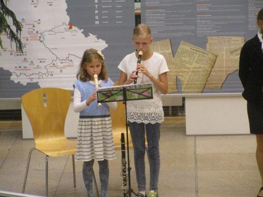 """Kinder eröffnen die Ausstellung """"Schicksale der Deutschen aus dem Isergebirge"""""""