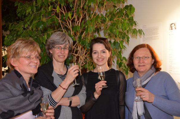 von links nach rechts: Jana Šinkyříková, Kuratorin der Ausstellung, Anja Krämer, Museum Weissenhof, Frau Klára Múčková, Studentin und Mitwirkende, Frau Gesine Becher-Sofuoglu, Projektförderung des Kulturamtes Stuttgart -  nach erfolgreicher Ausstellungsve