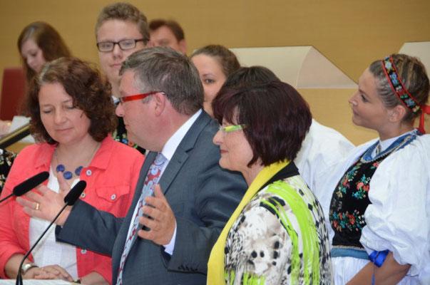 Die Auszeichnung übergibt Frau Christa Naass und Herr Volkmar Halbleib