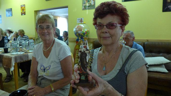 Große Freude über die erworbene Heiligenstatue