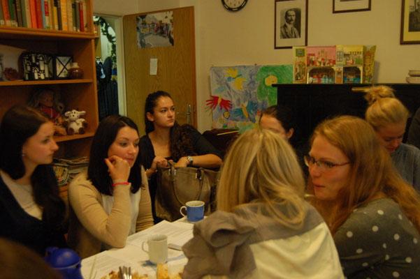 Studenten und Studentinnen der Brünner Masaryk-Universität