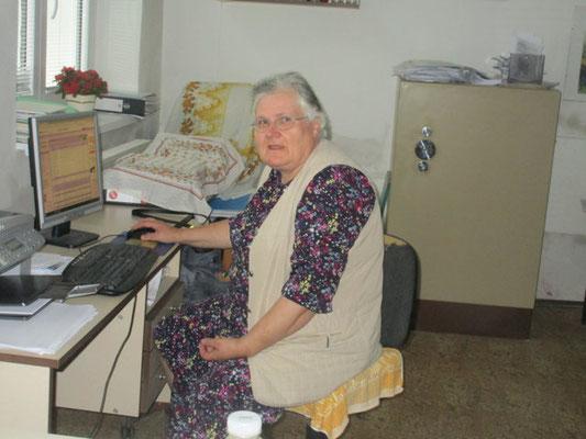 Frau Vera Straková an ihrem Arbeitsplatz