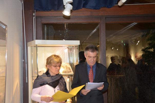 Dr. Zdeněk Mareček und Jana Šinkyříková erläutern das Entstehen der Ausstellung