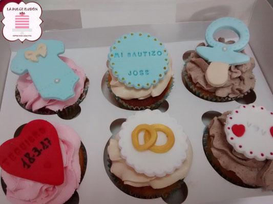 Cupcakes de boda, color blancos y azules con fondant y dibujos. Cupcakes para celebración, mesa dulce, candy bar en Cartagena, Murcia. Dulces personalizados