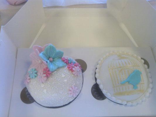 Cupcakes de flores y pajaro, sabor chocolate. Cupcakes personalizados con fondant  para mesa dulce en Cartagena, Murcia.
