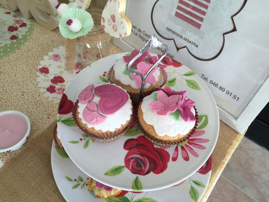 Cupcakes personalizados con flores rosas. Sabor nata con fondant. Cupcakes blancos y rosas para candy bar en Cartagena, Murcia.