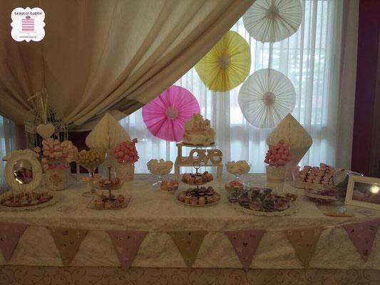 Mesa dulce boda en Cartagena. Candy bar boda en Cartagena. Decoracion banderines y pompones, tarta de boda, cupcakes, cakepops, cookies, bagel, golosinas, decoracion amarillo, rosa y blanco. Photocall comunion, fotos. La dulce ilsuion
