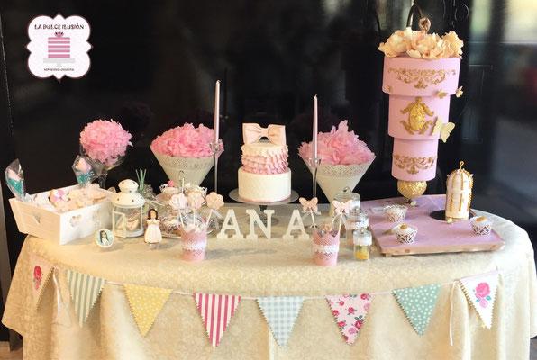 Mesa dulce boda en Cartagena. Candy bar boda en Cartagena. Decoracion banderines, tarta de boda invertida, tarta de boda 3D, cupcakes, cakepops, cookies, bagel, golosinas, decoracion rosa y dorado. Photocall comunion, fotos. La dulce ilsuion