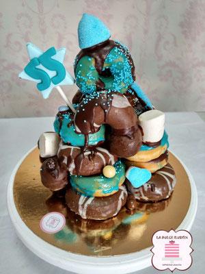 torre de donuts en cartagena. Tarta con donuts en cartagena. Tarta con golosinas, chocolate y donuts azul