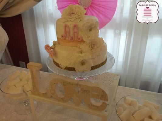 Tarta de boda personalizada de 2 pisos con decoración de flores. Tartas de boda en Cartagena, Murcia. Tarta de boda espectacular.
