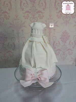 Tarta de vestido de niña de comunion blanco con fondant para candy bar y mesas dulces en cartagena, murcia. La dulce ilusion