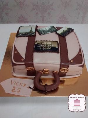 Tarta de cumpleaños original. Tarta de fondant con forma de maleta vintage