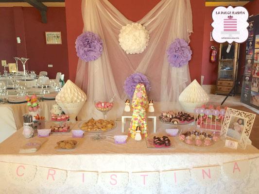 Mesa dulce comunion en Cartagena. Candy bar comunion en Cartagena. Decoracion blanco y lila, macarons, cupcakes, cakepops, cookies, bagel, golosinas, decoracion flores. La dulce ilsuion