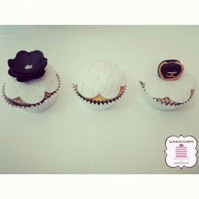Cupcakes con fondant de flores blancas y oscuras. Cupcakes para mesa dulce, candy bar en Cartagena, Murcia