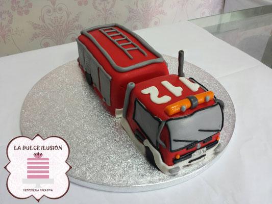 Tarta de fondant coche de bomberos. Tarta de cumpleaños oche de bomberos