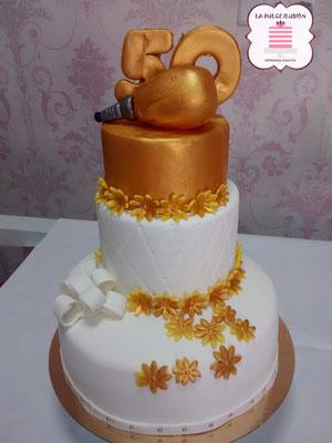 Tarta de boda personalizada de 3 pisos dorada. Tarta para las bodas de oro. Tartas de boda en Cartagena, Murcia. Tarta de boda espectacular.