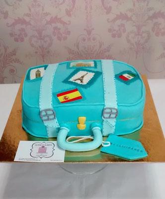 Tarta de cumpleaños original. Tarta de fondant con forma de maleta azul