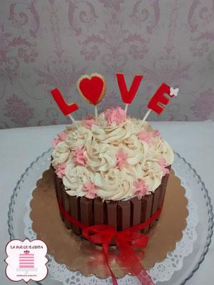 tarta con kitkat especial san valentin, repostería día de los enamorados