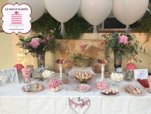 Mesa dulce boda en Cartagena. Candy bar boda en Cartagena. Decoracion rustica, macarons, cupcakes, cakepops, cookies, bagel, golosinas, decoracion flores y globos blancos. La dulce ilsuion