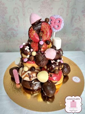 torre de donuts en cartagena. Tarta con donuts en cartagena. Tarta con golosinas, chocolate y donuts rosa