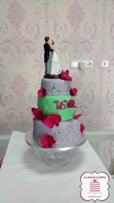 Tarta de boda personalizada de 3 pisos lila, verde y roja. Tarta para bodas con novios. Tartas de boda en Cartagena, Murcia. Tarta de boda espectacular.