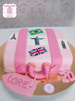 Tarta de cumpleaños original. Tarta de fondant con forma de maleta rosa
