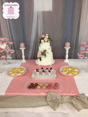 Mesa dulce boda estilo rustico en Cartagena. Candy bar boda rustica en Cartagena. Tarta de boda con flores, decoracion rustica, cupcakes, cakepops, cookies, bagel, golosinas, decoracion floral. La dulce ilsuion