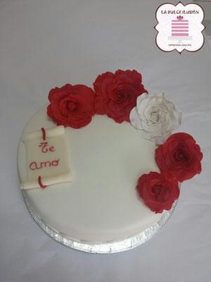 Tarta de boda personalizada con flores blancas y rojas. Tarta sencilla para boda. Tartas de boda en Cartagena, Murcia. Tarta de boda espectacular.