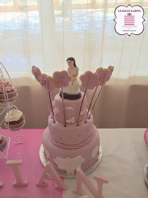 Tarta de niña de comunion rosa con fondant para candy bar y mesas dulces en cartagena, murcia. La dulce ilusion