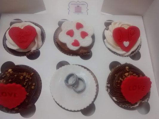 Cupcakes de amor, con corazones y alianza, de sabor chocolate. Cupcakes de San Valentin, personalizados con fondant en Cartagena, Murcia.