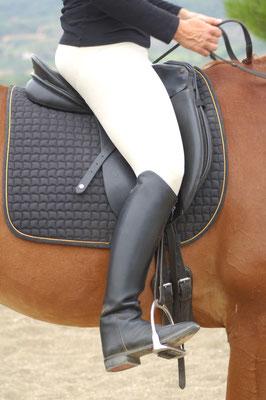 1. Cuando el alumno baja el talón con fuerza se crean tensiones y la pierna se pone por delante de la línea vertical.