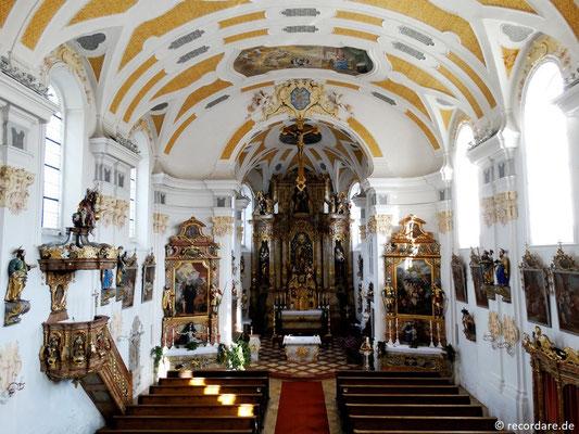 Blick in den saalartigen Kirchenraum