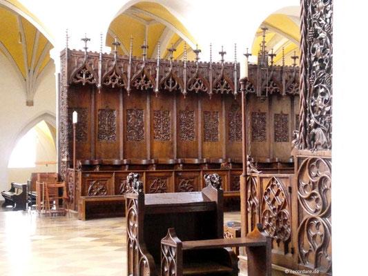 Meisterhaft geschnitztes gotisches Chorgestühl von 1476