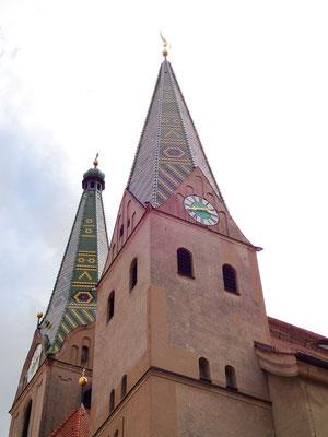 Kirchendächer mit gelb-grün-braunen Biberschwanzziegeln