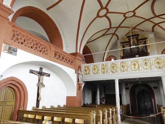 Blick zur Seiten- und Orgelempore