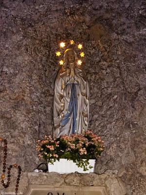 Marienfigur in der Lourdesgrotte