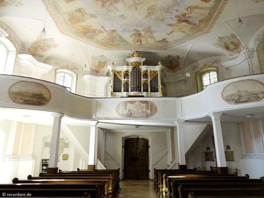 Blick zur Empore und Orgel