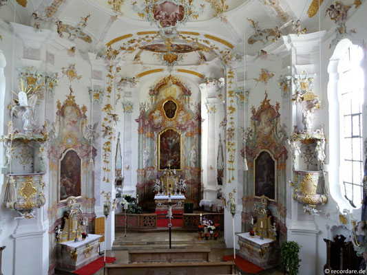 Blick von der Empore ins Kirchenschiff